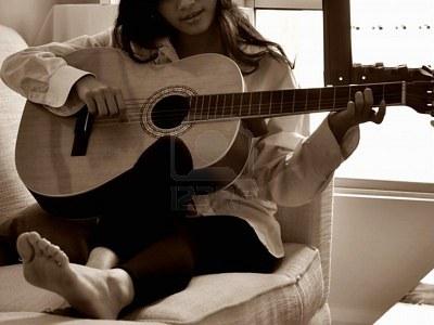 suona la chitarra!!