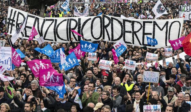 """Lo striscione con la scritta """"Renzi ci ricorderemo"""", al Family Day al Circo Massimo, Roma, 30 gennaio 2016. ANSA/ ANGELO CARCONI"""